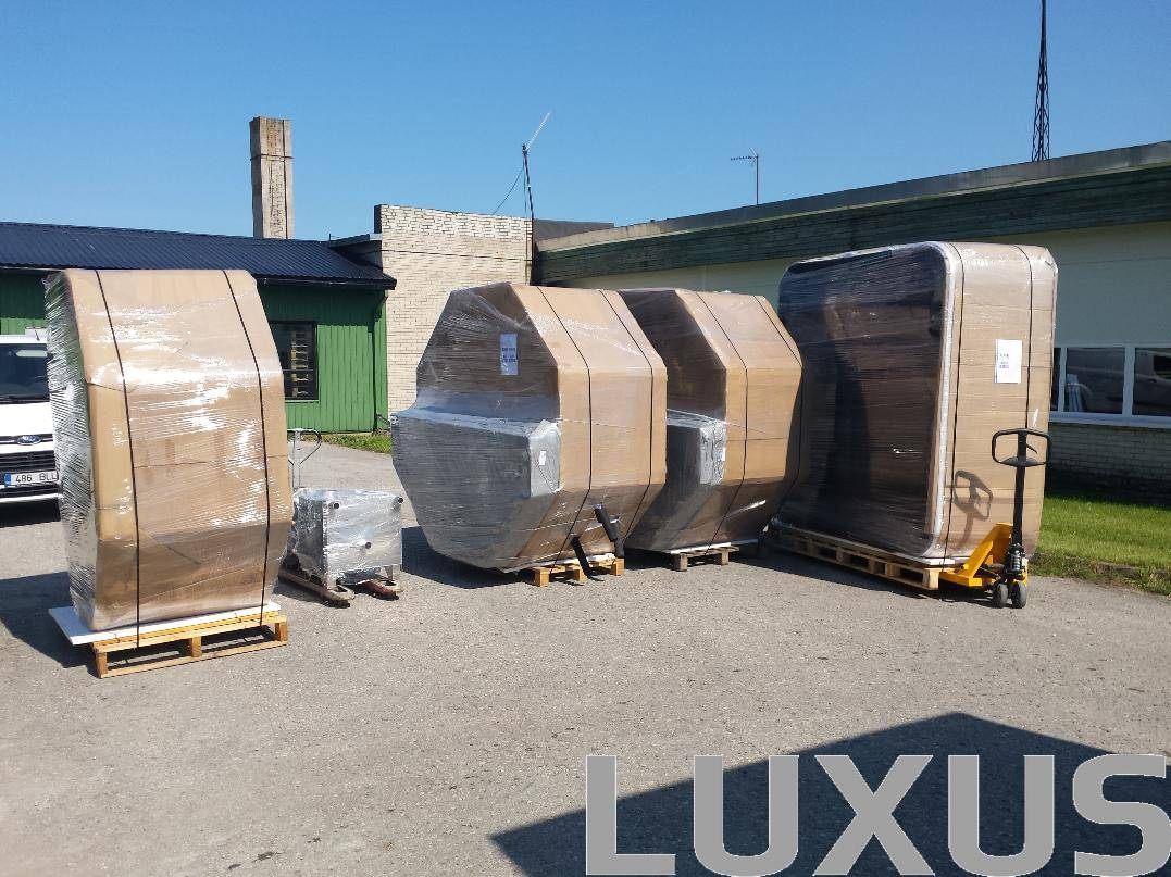 Luxus hottub truck loading